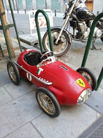 Macchinine: Cochecito de pedales aparcado frente a la tienda