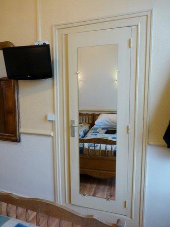 Hotel de L'Europe : And, hiding behind the wardrobe door.....the bathroom