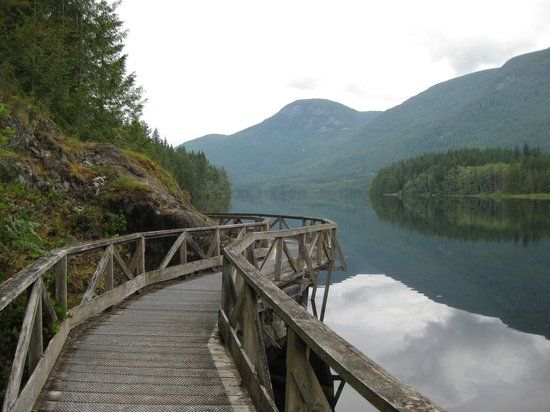Powell River, Kanada: Boardwalk on the Inland Lake trail.