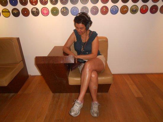 Museu do Fado / Fado Museum: Ouvindo fados