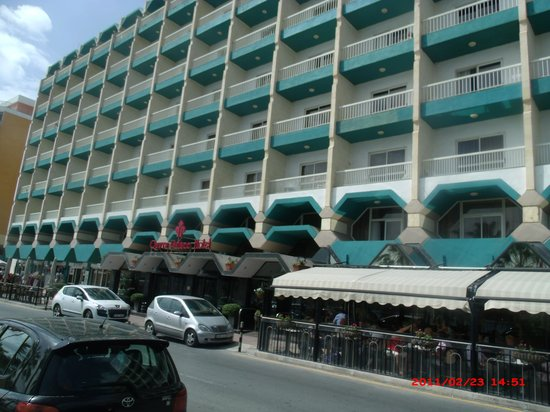 Qawra Palace Hotel: Hotel from across the road