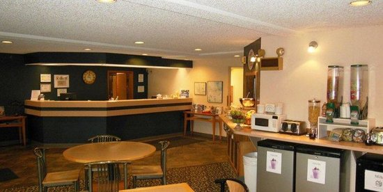 Settle Inn Marquette: Front Desk