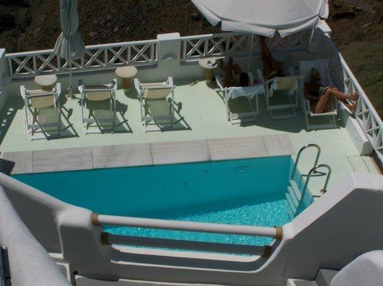 โรงแรมซันนี่วิลลา: looking down at pool