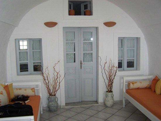 โรงแรมซันนี่วิลลา: looking from front door to separate bedroom
