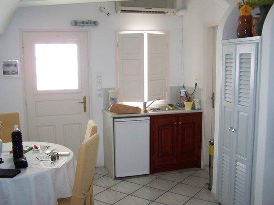 โรงแรมซันนี่วิลลา: looking towards kitchen and front door