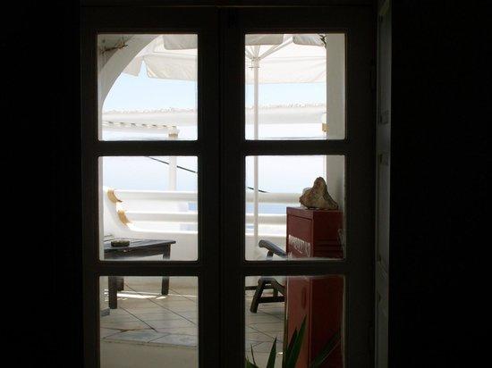 โรงแรมซันนี่วิลลา: looking out winder from kitchen