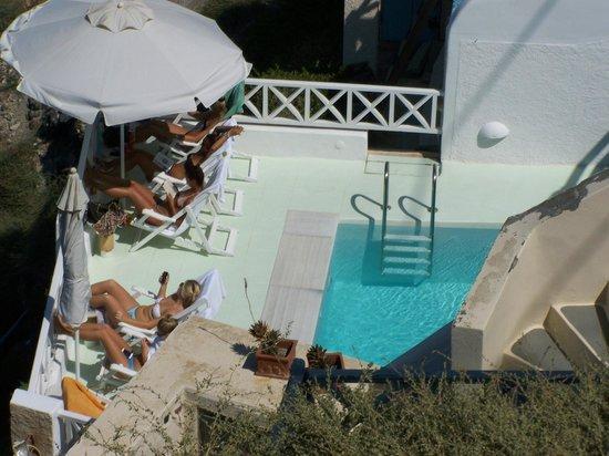โรงแรมซันนี่วิลลา: looking down to the pool