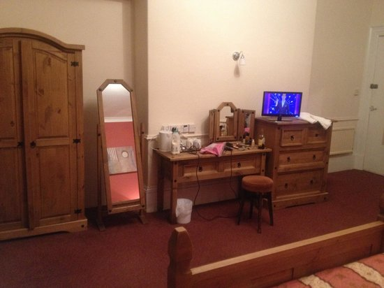 Delmont Hotel: Room