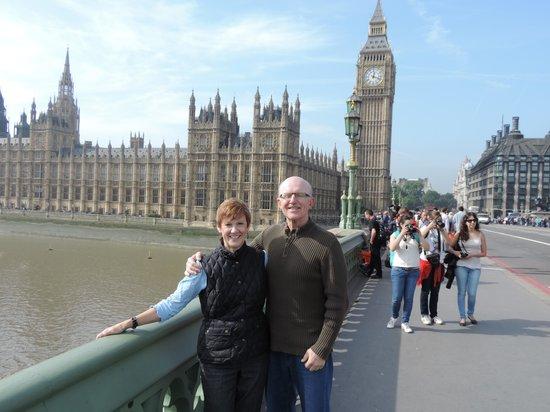 ลอนดอนแค๊บบี้ทัวร์ - ไพรเวททัวร์: Steve was great to take our photos...which is so difficult to get when traveling by ourselves