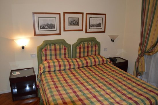 Hotel Italia: Comfortable bed and bedroom