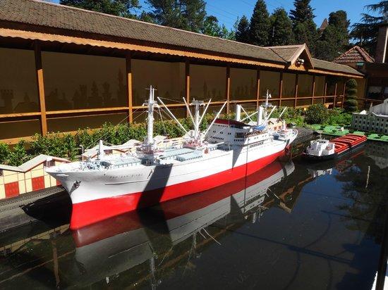 Mini Mundo: Perfeição de um navio e o trenzinho levando as cargas!