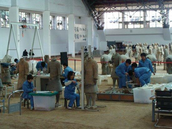 พิพิธภัณฑ์สุสานจิ๋นซี: Vista parcial do galpão P1, onde os pesquisadores continuam a trabalhar