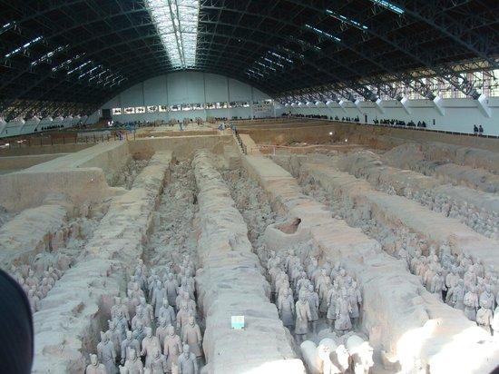 พิพิธภัณฑ์สุสานจิ๋นซี: Vista dos guerreiros e cavalos de Terracota no galpão P1.