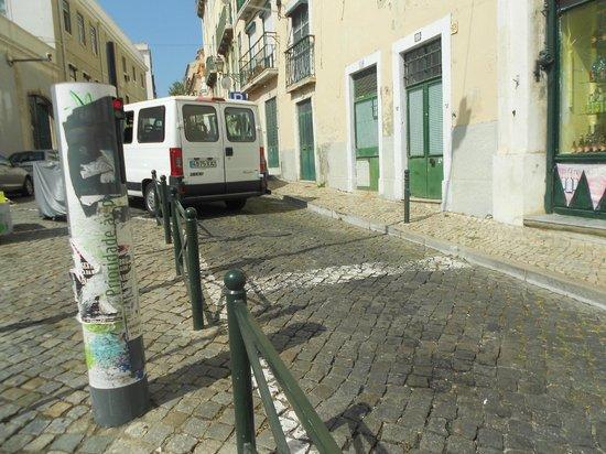 อัลฟามา: Espécie de totem pra impedir a entrada de carros