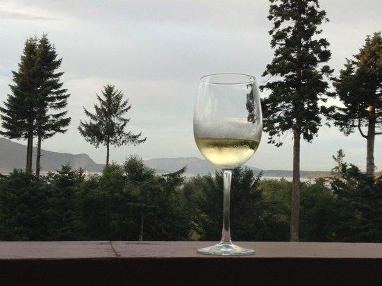 Anacortes Ship Harbor Inn: Happy Hour at the Ship Harbor Inn