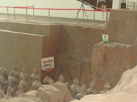 พิพิธภัณฑ์สุสานจิ๋นซี: Demarcação do local onde os primeiros objetos foram encontrados em 1974.