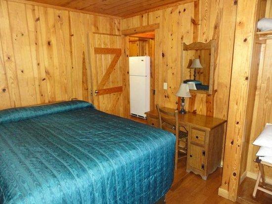 Mather Lodge: Cabin 6 queen bedroom