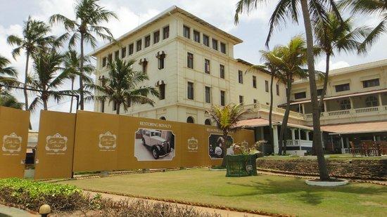 โรงแรมแกลเล เฟซ: some renovation work from the left