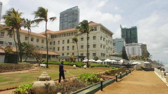 โรงแรมแกลเล เฟซ: walkway close to the ocean, hotel to the left