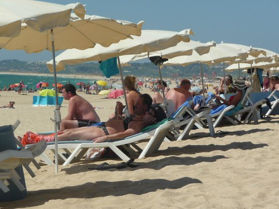 Pestana Dom João II: Fairly busy on the beach, umbrella and two sunbeds were 10 Euros per day