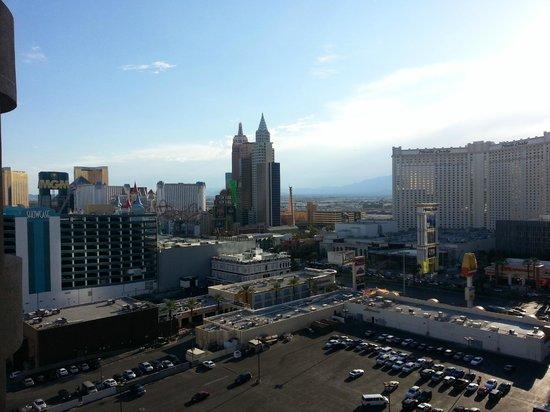 โปโลทาวเวอร์รีสอร์ท: strip view from tower 3