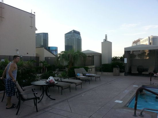 Polo Towers Suites: pool area is very relaxing