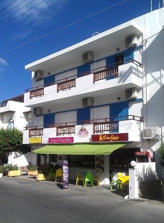 Vlachakis Beach Hotel: front of hotel