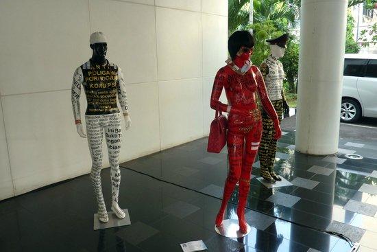 โรงแรมแกรนด์เคมาง: Sculptures on display in the hotel when I visited