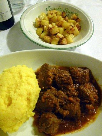 Tenuta Maria: Stracotto di pecora con polenta e patate al forno