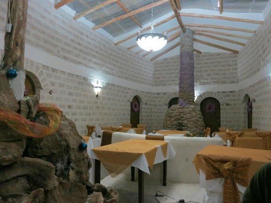 Cristal Samaña Salt Hotel: 悪天候で食事スペースの天井が崩れていたため、廊下に作られた臨時食事スペース
