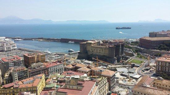 NH Napoli Ambassador : Questa è la vista che si godeva dalla mia stanza, affacciata sul porto e con il maschio Angioino