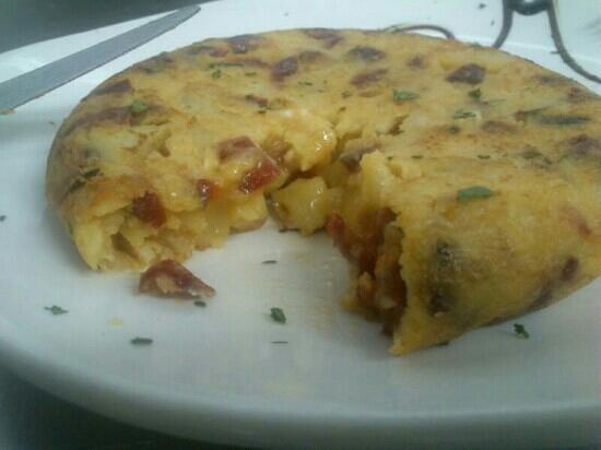 Moraga Gastrobar: tortilla de patatas con queso de cabra y mermelada de pimientos