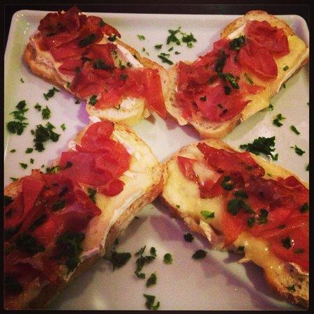 Deck Jardim Bar: Bruschetta de Brie com Parma