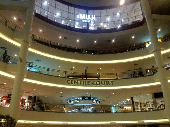 เดอะการ์เด้น โฮเต็ล แอนด์ เรสสิเดนซ์: Mall next door