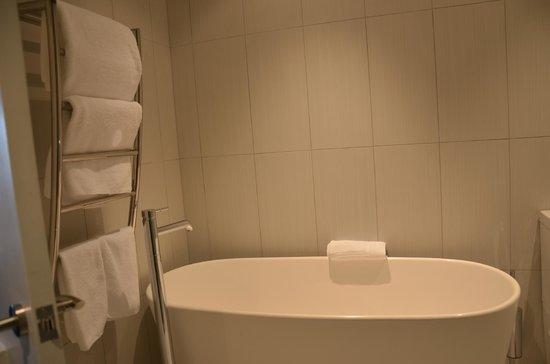Black Swan Lakeside Boutique Hotel: Bathroom