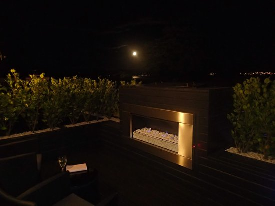 Black Swan Lakeside Boutique Hotel: Patio at night.