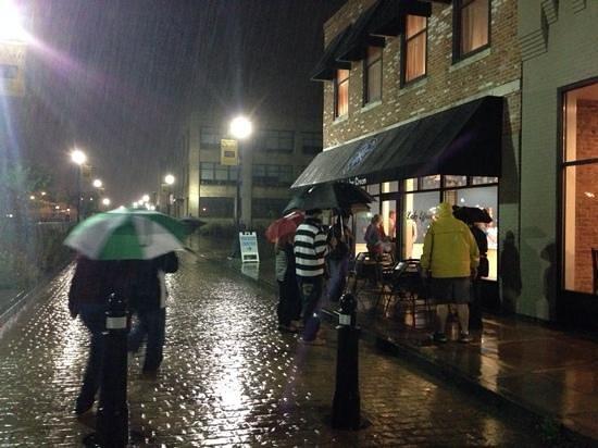 ล็อกพอร์ต, นิวยอร์ก: rainy night at a Lake Effect Ice Cream!