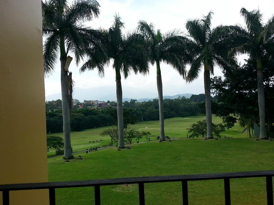 Costa Rica Marriott Hotel San Jose: View of the mountains and golf course from the ouside dining area