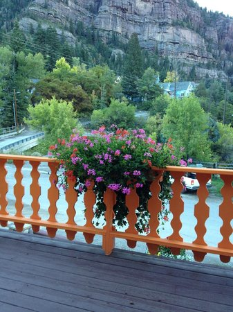 Box Canyon Lodge & Hot Springs: Hanging baskets were beautiful!