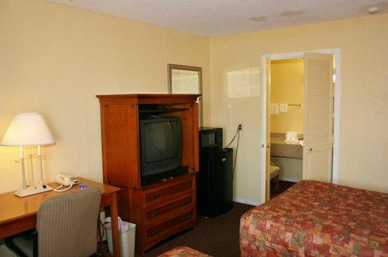 TV / Desk area - a useable room.