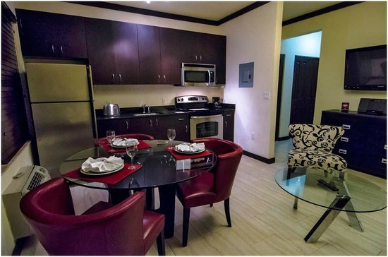 Tradewinds Apartment Hotel: Жилая комната.