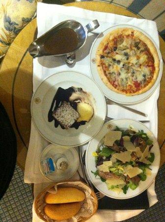 เมเลีย แคสทิย่า โฮเต็ล: Pizza, salad and dessert!!