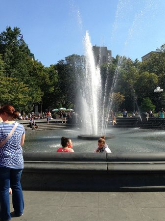 "Real New York Tours: ""Friends"" TV show fountain"