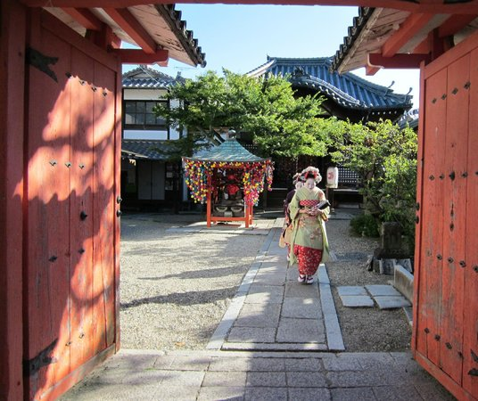 Kiyomizu-Zaka Street: Geisha at shrine for blessing