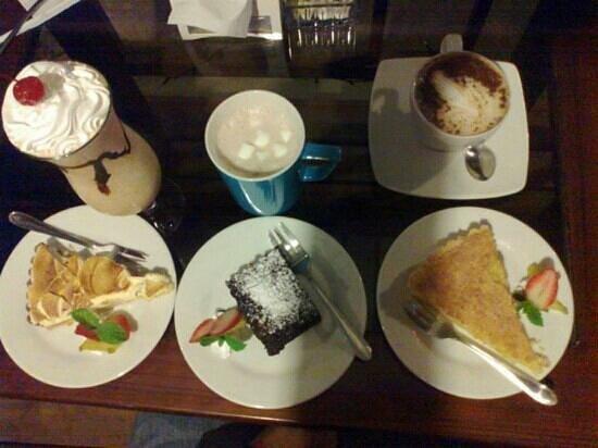 Orchid Coffee Shop: Pie de Limon, Brownie y Pie de Maracuya, Cafe frio, Chocolate y Capuccino