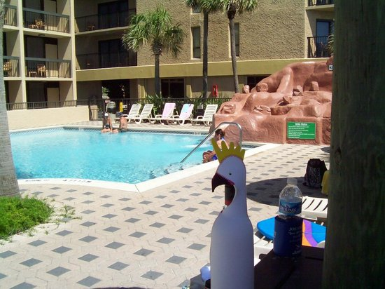 Wyndham Garden Fort Walton Beach Destin: One of the pools at a Tiki table