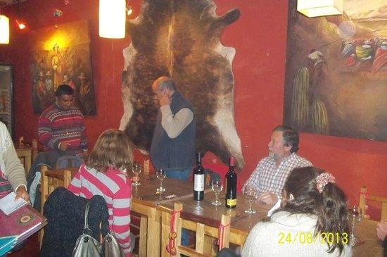 Khuska Resto Bar: imagen de una cena en el resto bar