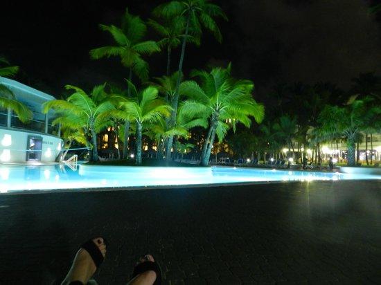 Hotel Riu Naiboa: pileta de noche
