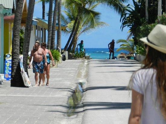 Hotel Riu Naiboa: camino hacia la playa