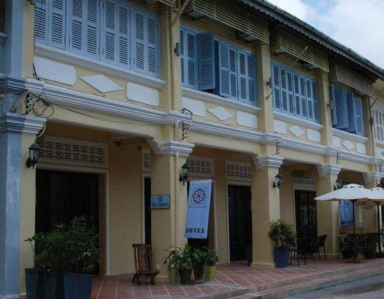 โรงแรม เดอะ คอลัมน์: Hotel Front